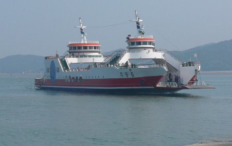 South Korean ferry sinks leaving casualties