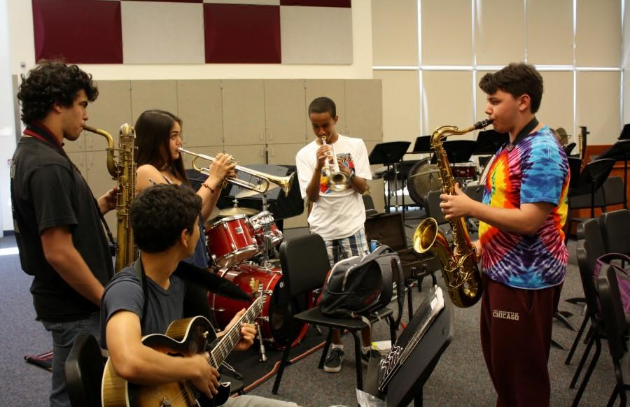 Jazz+Ensemble+members+swap+instruments+and+jam+together+after+class.