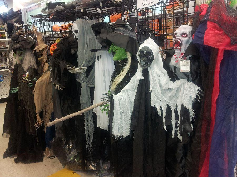 Halloween+decorations+at+Didddam%27s+to+heighten+this++year%27s+scare
