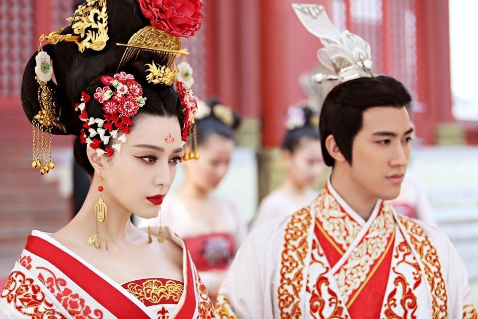 Empress Wu Ze Tian (Fan Bing Bing) marries the Emperor (Zhang Fenyi).