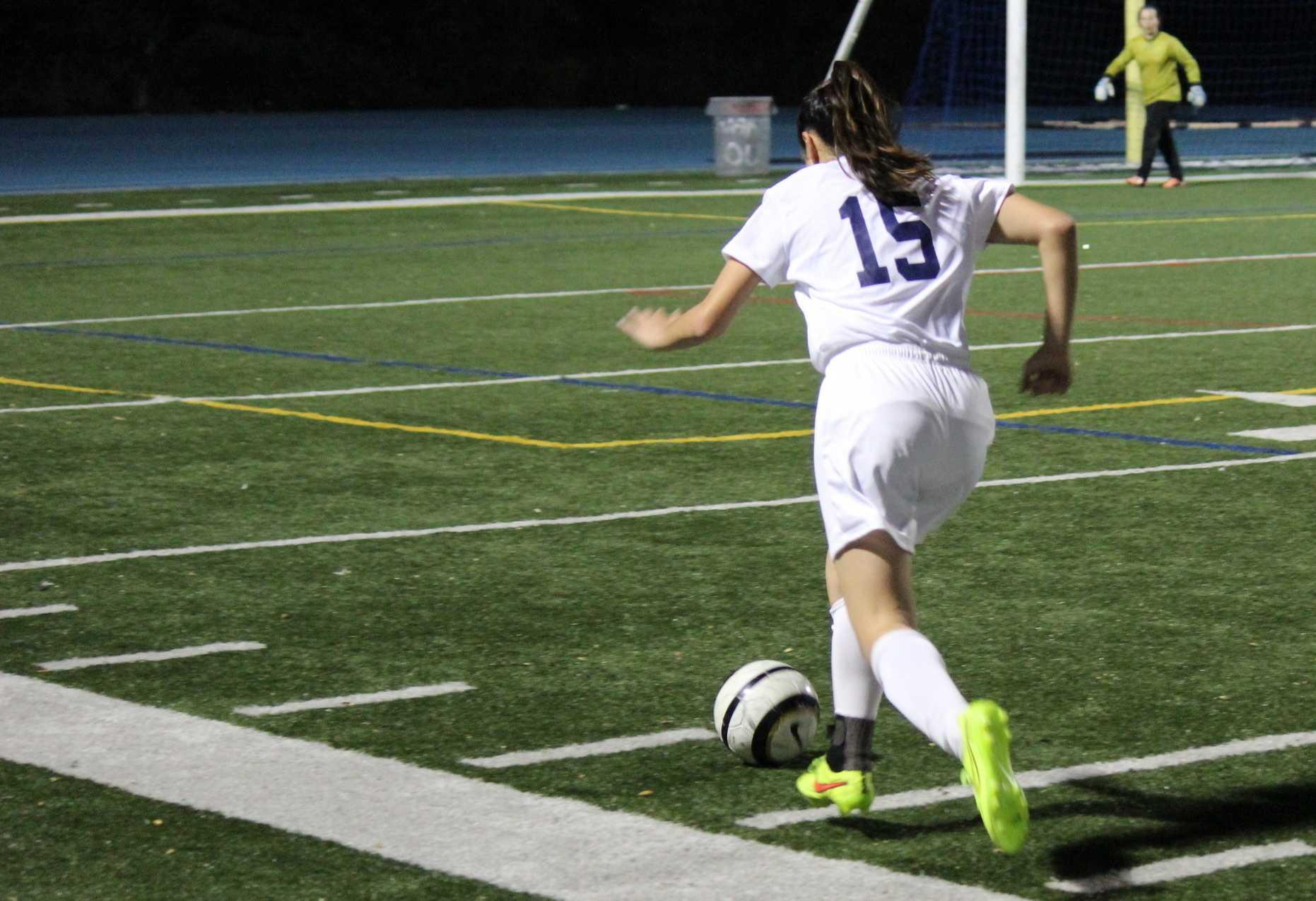 Freshman Kaylee Leong (15) runs down the sideline to cross the ball.