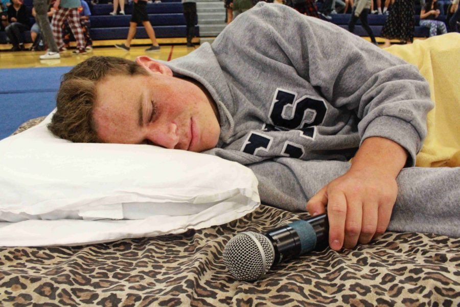 Senior+Timmy+Miller+pretends+to+be+asleep+on+a+mattress+in+the+center+of+the+gym+as+students+enter.