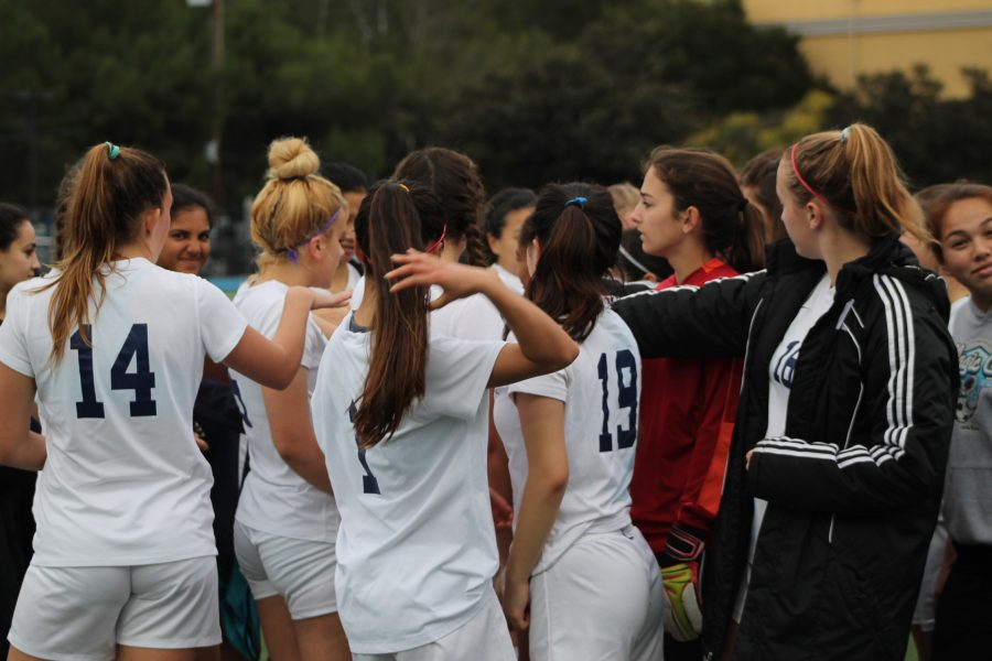 Carlmont+girls+varsity+comes+together+for+a+cheer+before+starting+the+second+half.