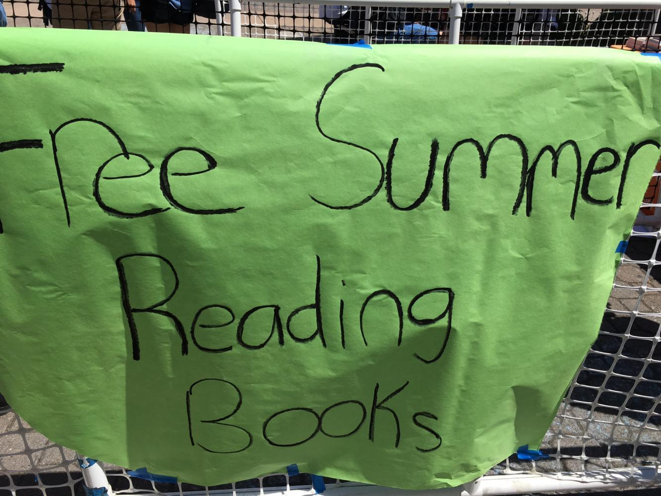 A+sign+is+taped+outside+the+fences+of+the+line%2C+informing+students+who+are+walking+by+about+the+free+sumer+reading+books.