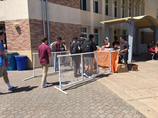 Another+line%2C+set+up+by+the+ASB+room%2C+attracts+students.