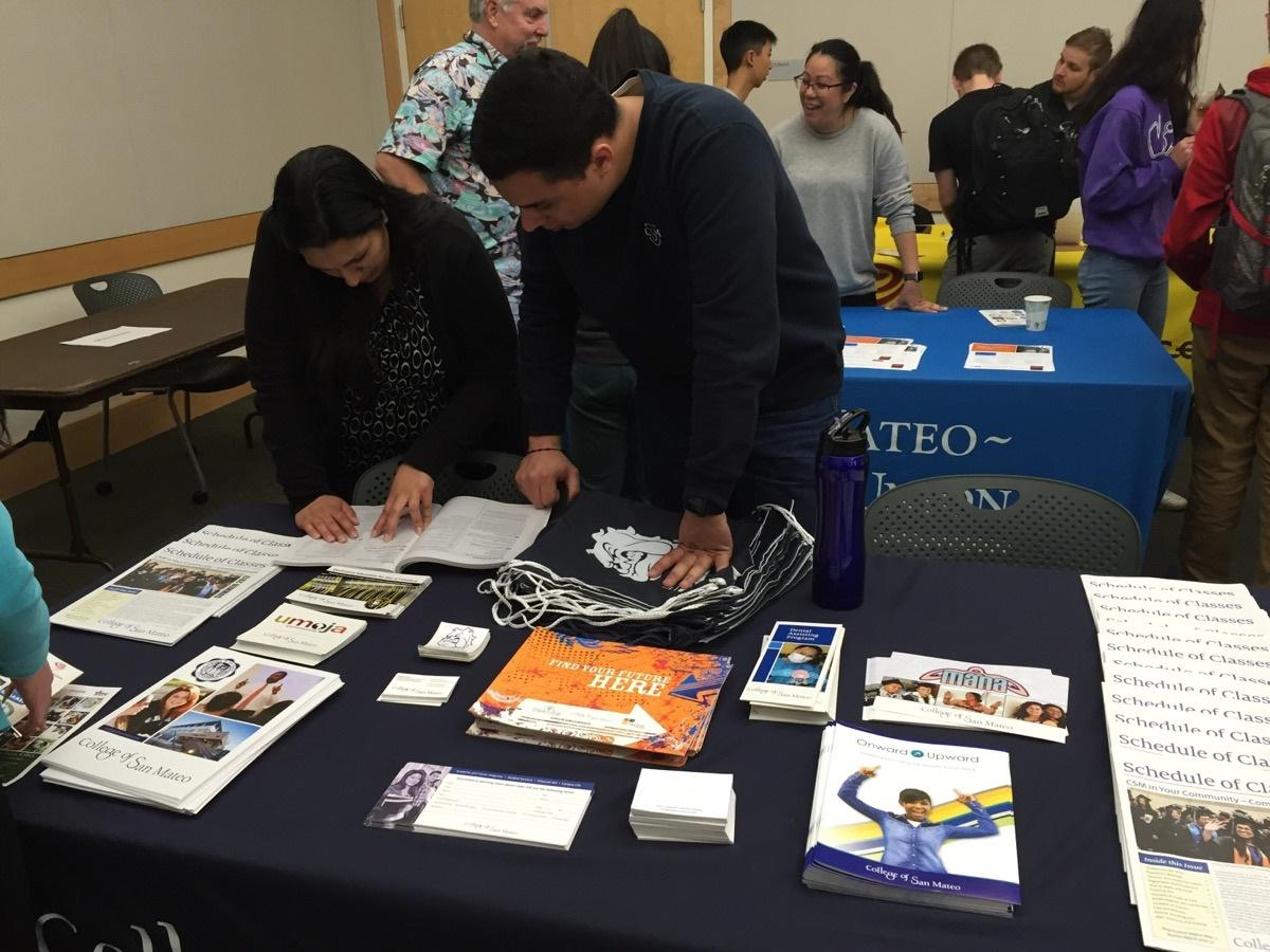 San+Mateo+College+employees+give+class+information+to+aspiring+students.