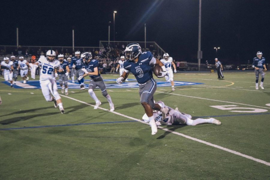 Demarii+Blanks%2C+a+senior%2C+rushes+the+ball+and+scores+the+first+and+only+Carlmont+touchdown+of+the+game.