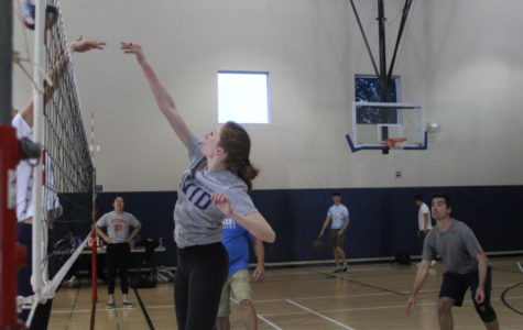 Seniors beat staff in volleyball game