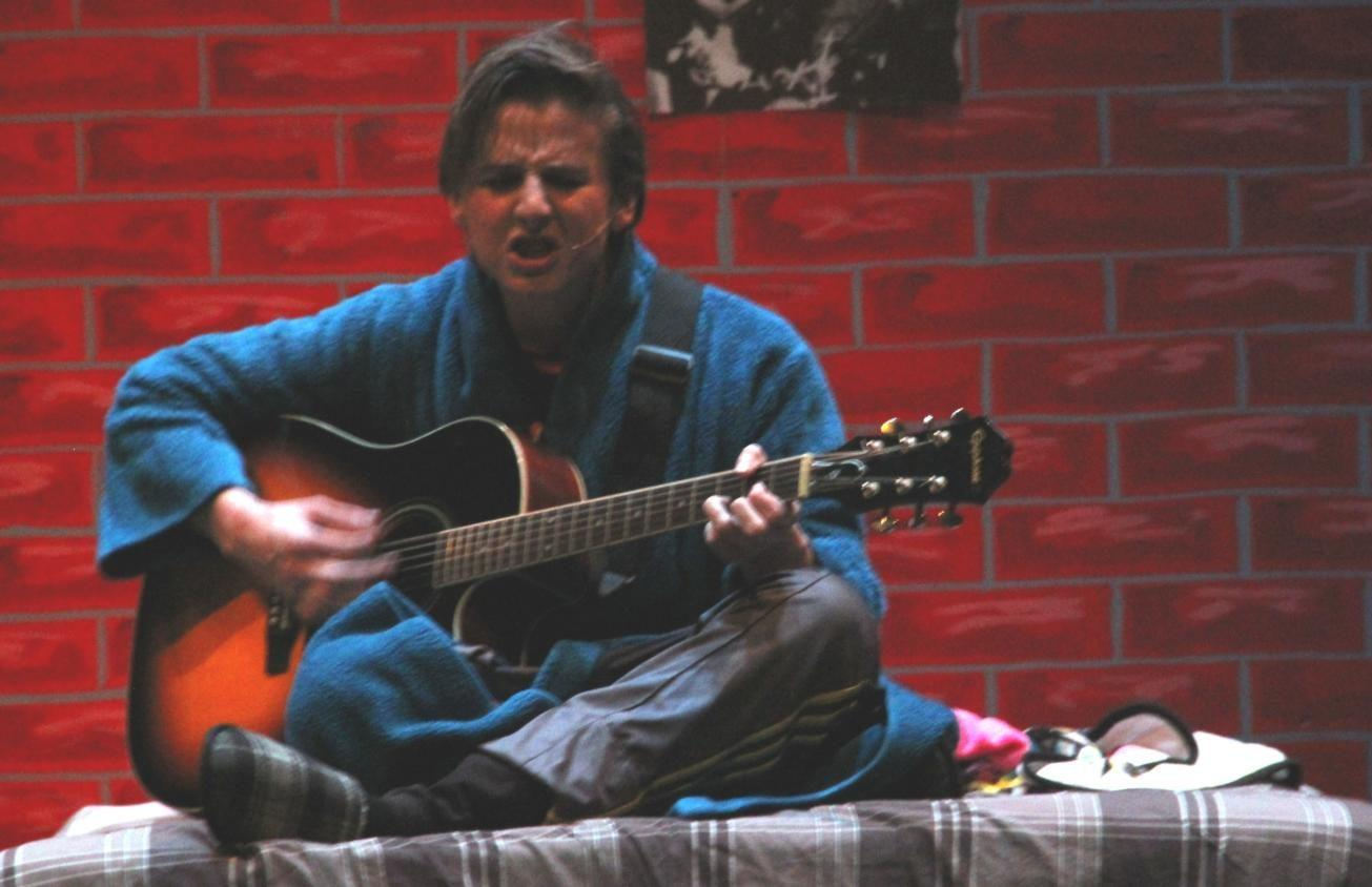 The protagonist of the musical, Robbie Hart (Colin Mastalir), sings his heart out after a rough breakup.