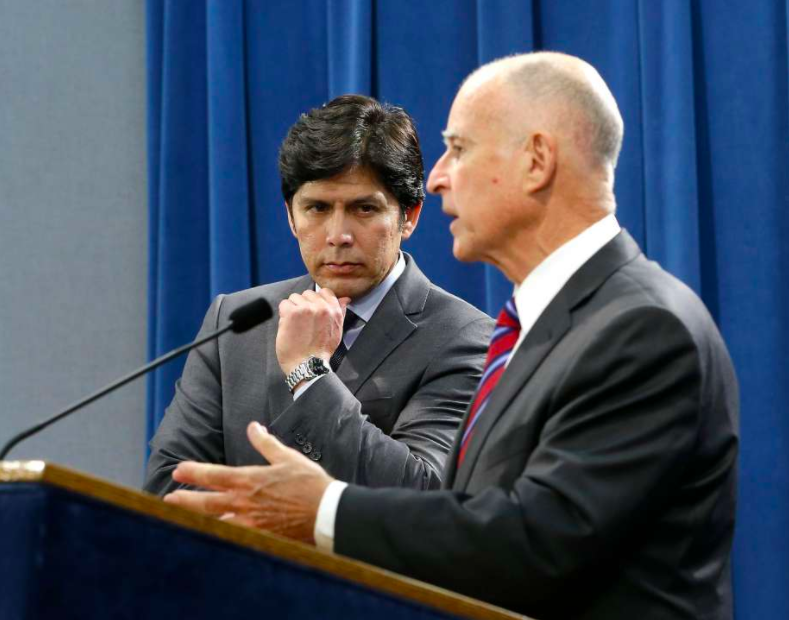 Senate+President+Pro+Tem+Kevin+de+Le%C3%B3n%2C+D-Los+Angeles%2C+shown+here+with+Gov.+Jerry+Brown%2C+has+offered+a+bill+to+restore+net+neutrality+in+California.