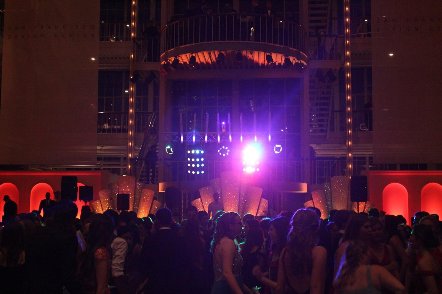 Carlmont's 2016 prom took place at the San Francisco Gallaria and will also be the location for 2019. This year prom will take place on April 27 at the San Francisco City Hall.