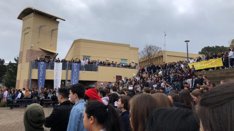 Carlmont+students+gather+in+the+quad+on+March+14+to+show+their+support+for+the+Parkland+shooting+victims.+