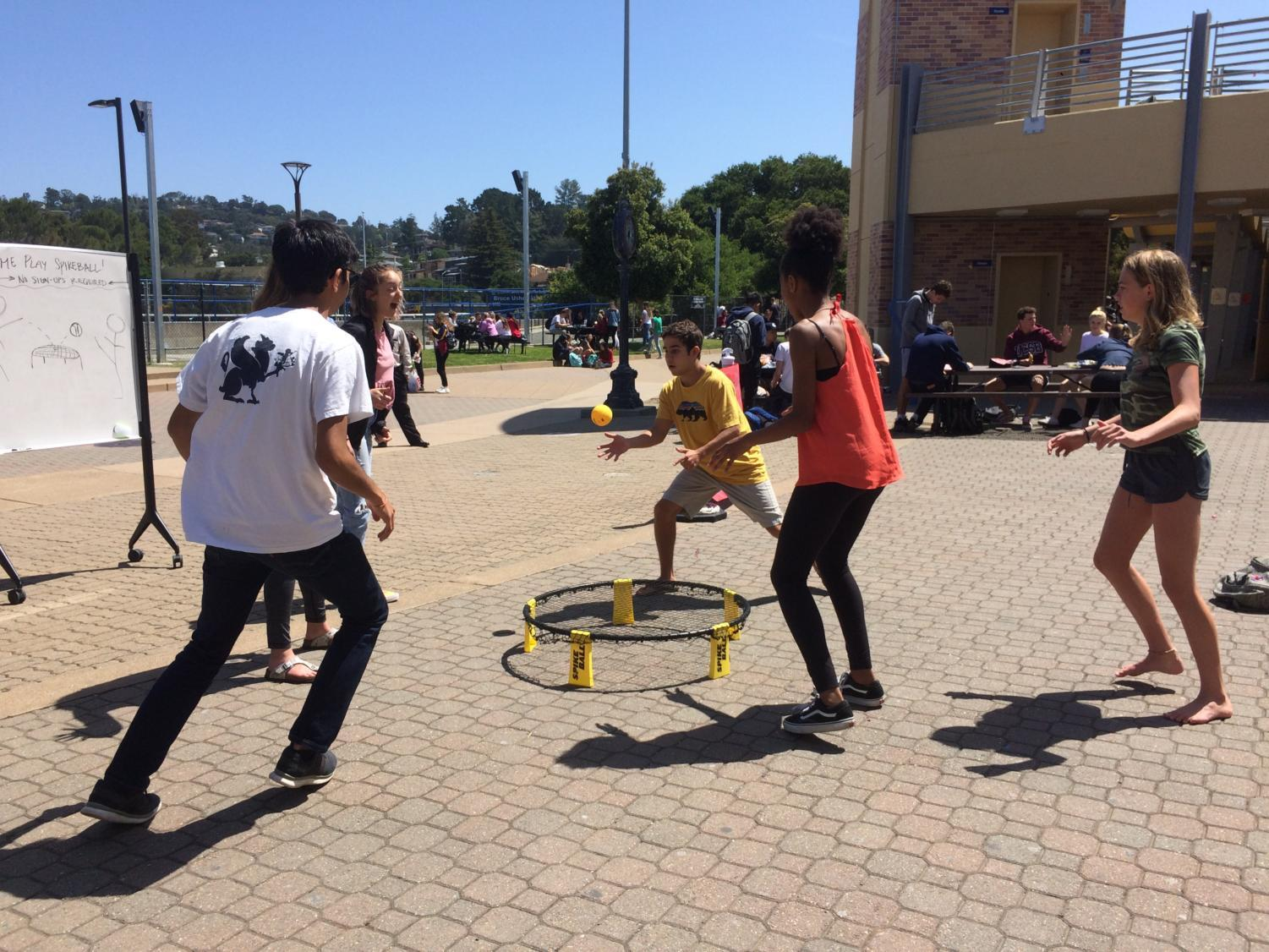 Students spontaneously  play spikeball in the quad, and are successful in having a cohesive game, despite just randomly deciding to play.