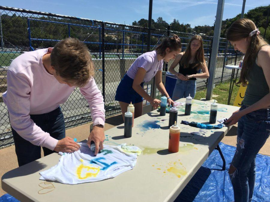 Griffin+Soelberg+tie-dyes+a+white+shirt+in+the+quad+of+Carlmont+during+lunch.