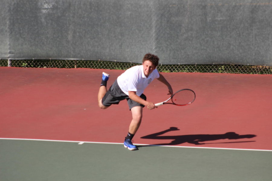 Sophomore+Ben+Barde+serves+the+ball+in+his+match+against+Woodside.