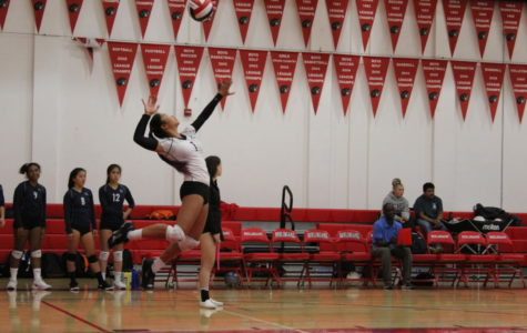 Girls JV volleyball bounces back in thrilling win against Burlingame
