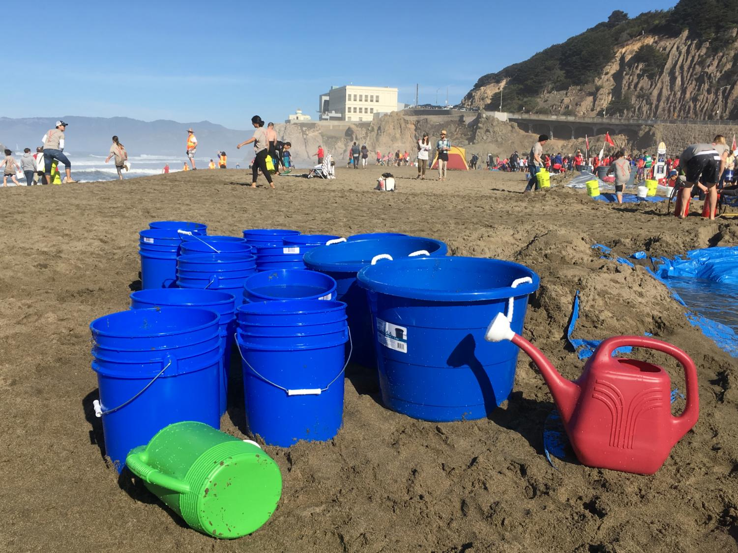 Volunteers+fill+buckets+with+water+for+the+teams+to+use.