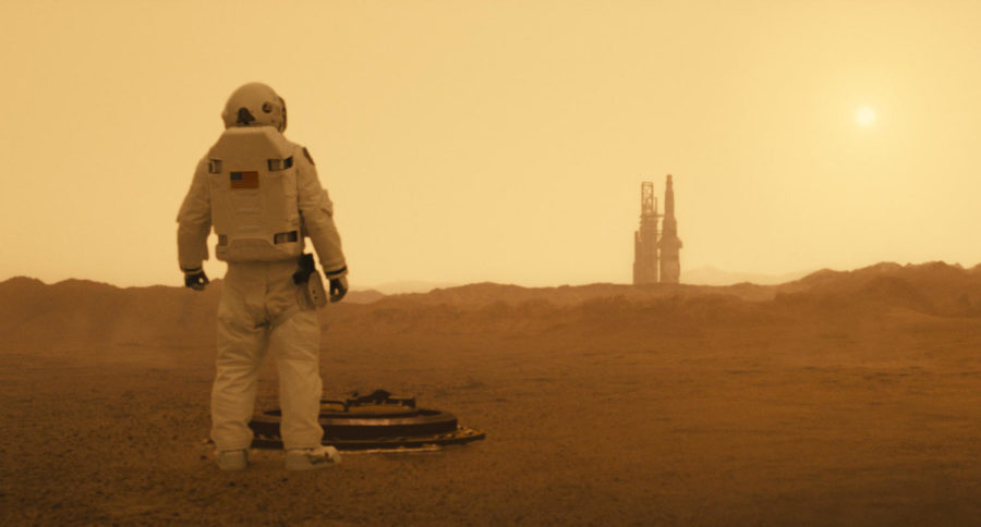 Brad+Pitt%27s+character+Roy+McBride+looking+at+the+horizon%2C+about+to+hitch+a+ride+on+a+spaceship.