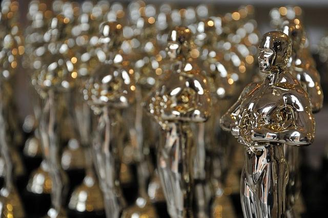Oscar+statues+similar+to+the+ones+given+out+during+the+%22Academy+Awards%22