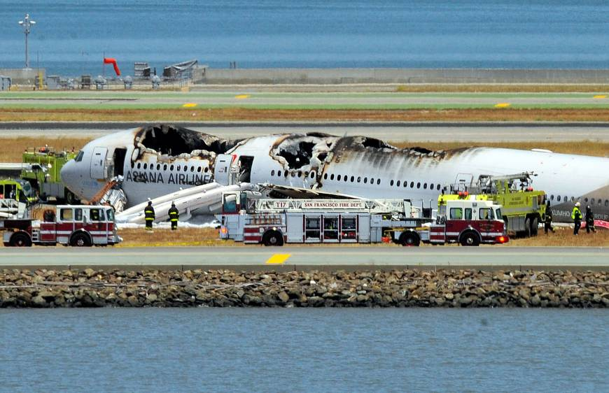 SFO+crashed+plane+with+foam+covering+the+ground.