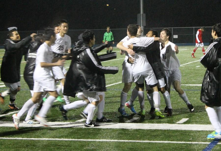 +Boys+Varsity+Soccer+runs+on+the+field+to+congratulate+junior+Nathan+Rosenthal+for+scoring+the+winning+goal+for+Carlmont+in+double-overtime.+