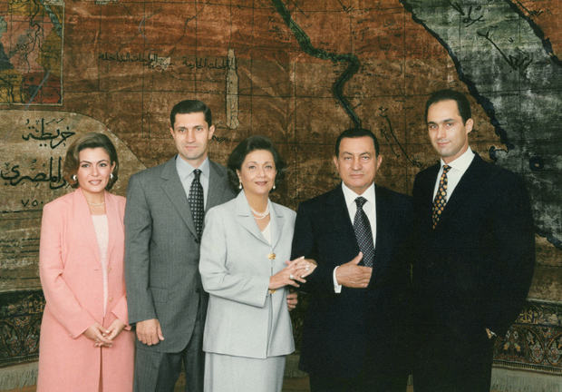 Hosni+Mubarak+with+his+family%2C+including+sons+Alaa+and+Gamal.%0APhoto+from+mangaone.