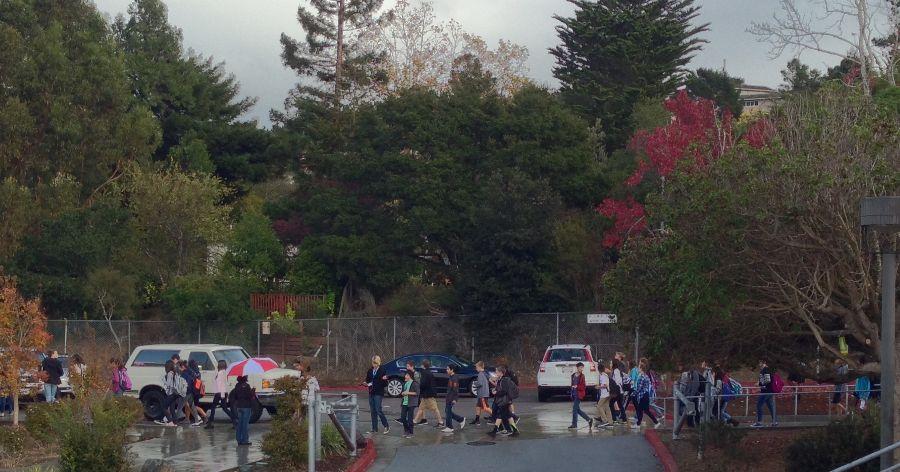 Incoming+freshmen+walking+around+Carlmont+campus