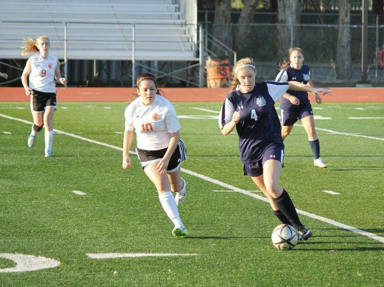 Junior Isabelle de Wood (4) defends against San Mateo in the Jan. 22 game.