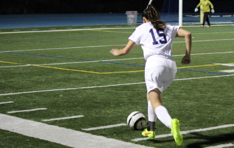 Freshman Kaylee Leong (15) runs down the sideline to cross the ball.