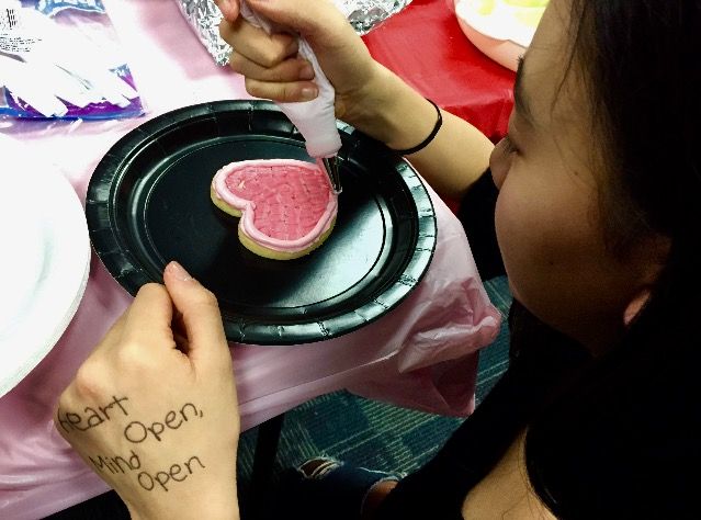Rachel+Gu+decorating+a+cookie.
