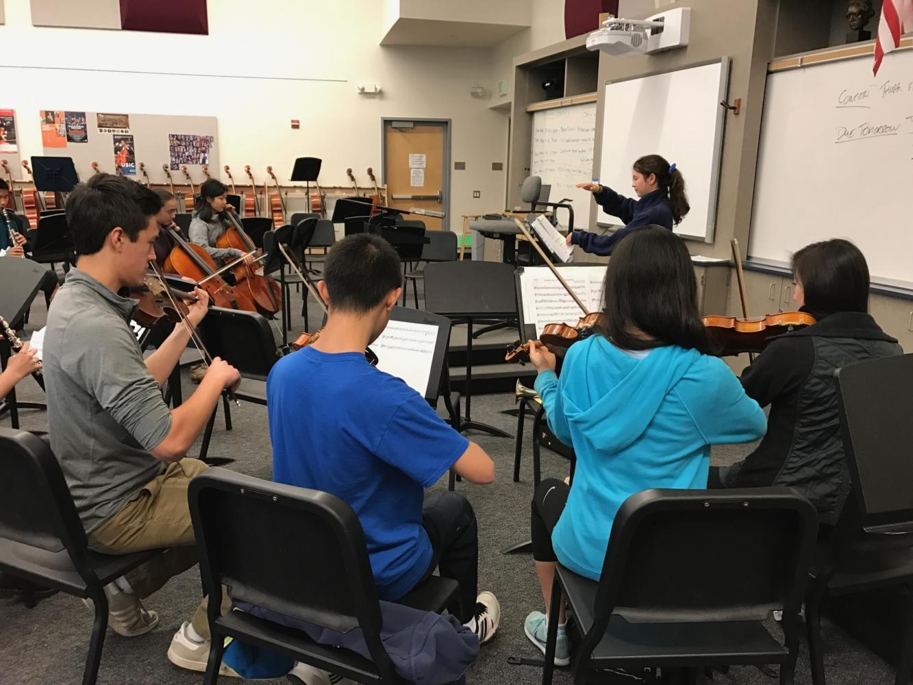 Sophomore+Alyssa+Higdon+conducts+the+group%2C+City+of+Scots%2C+during+lunch.