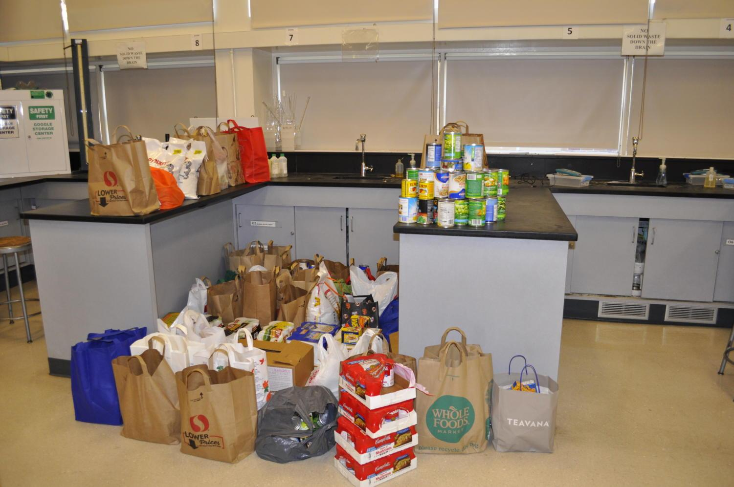 Students+participate+in+the+food+drive+to+help+the+hungry.
