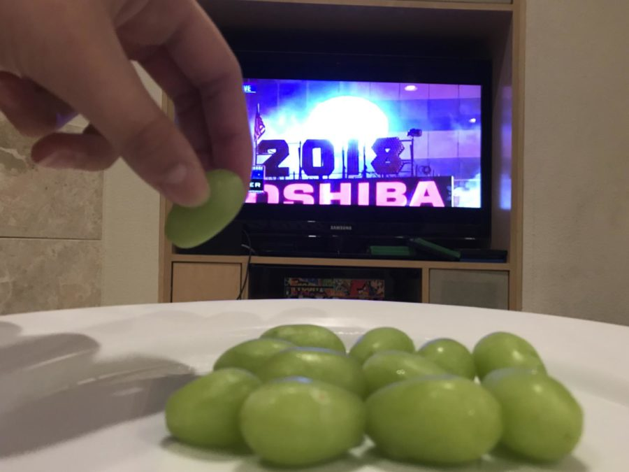 A+Spanish+New+Year%27s+tradition+is+eating+twelve+grapes+during+the+countdown+to+give+good+luck+in+the+upcoming+months.+