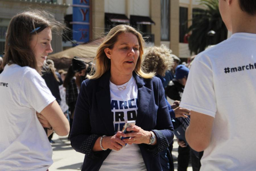 Redwood City Councilwoman Shelly Masur speaks with two student activists about gun control.