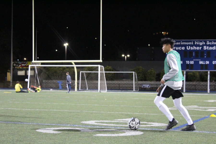 Danny+Hsu%2C+a+sophomore%2C+juggles+the+ball+during+a+drill.+