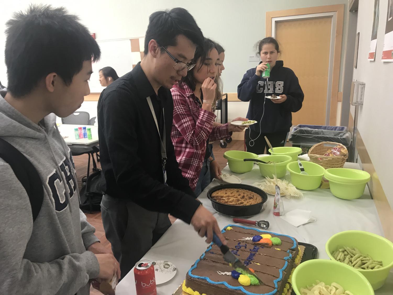 Kan+cuts+his+%22Congratulations+Jordan%22+cake.