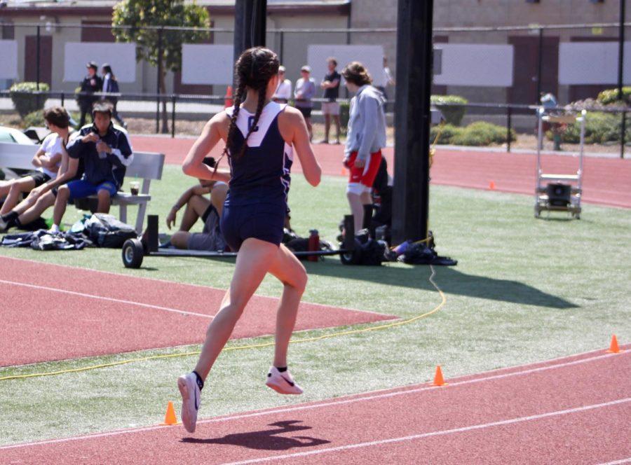 Kaimei+Gescuk%2C+a+junior%2C+runs+her+final+lap+in+the+1600-meter+race.
