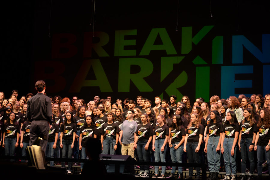 Choir+students+and+choir+alumni+all+sing+together+onstage+on+May+22%2C+2019.