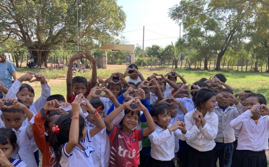 Cambodian+children+show+their+love+to+the+volunteers.