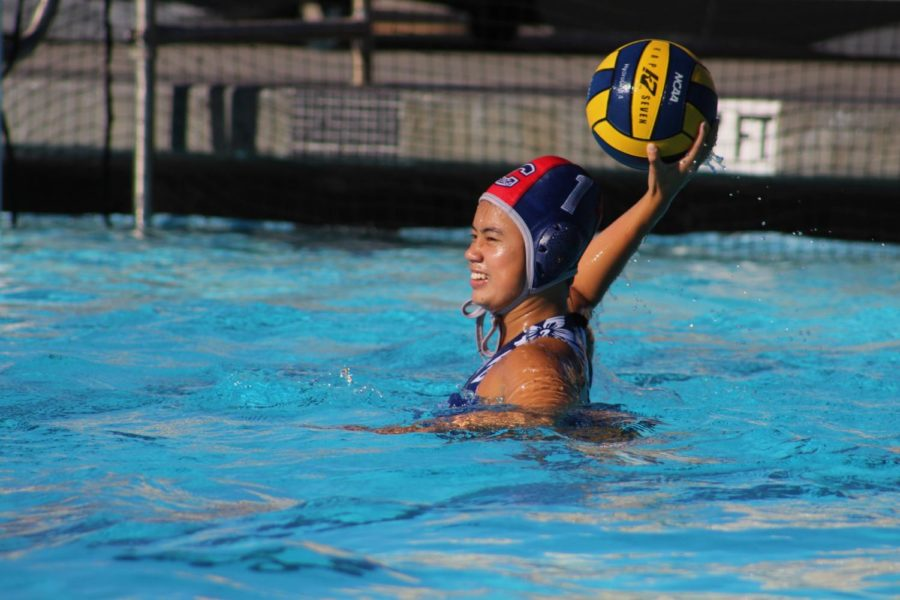 Sophomore+goalie+Sydney+Phan+looks+for+an+open+player+to+pass+the+ball+to.+