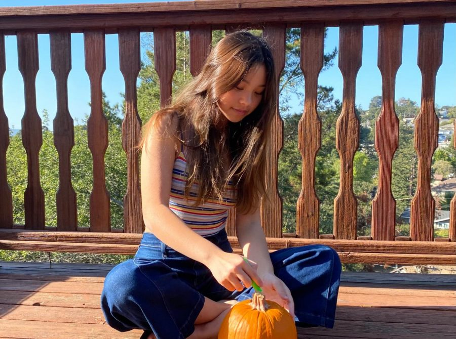 Sara Stone partakes in a pumpkin carving contest with her friends this Halloween!