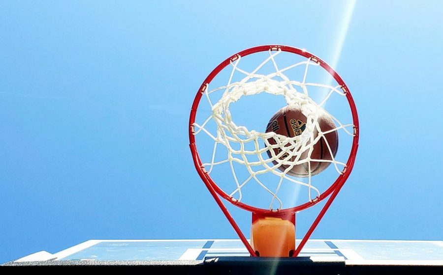 Girls+basketball+returns+to+the+courts+as+they+follow+the+new+COVID-19+regulations.+